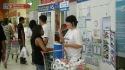Consultora orientando consumidor em Ação em supermercado