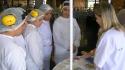 Consultora do PAS em dinâmica de Microbiologia com funcionários da Fábrica de Chocolates Garoto